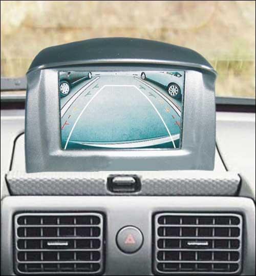 倒车影像系统由车尾部安装的摄像头和车内中控台上的显示高清图片